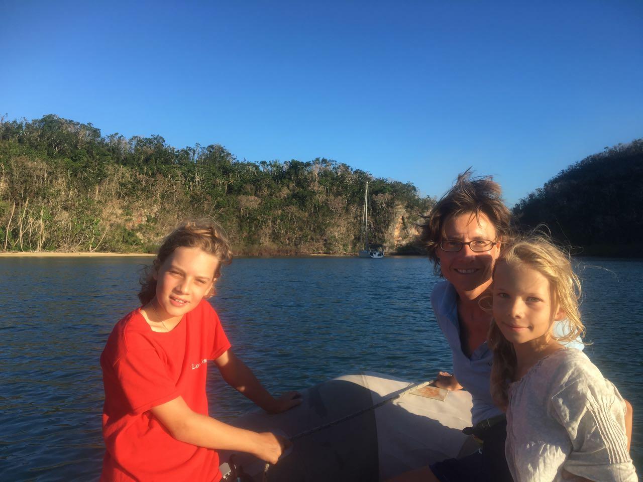 Die Crew der hapa na sasa erkundet den Ausläufer der Little Bay mit dem Dinghy