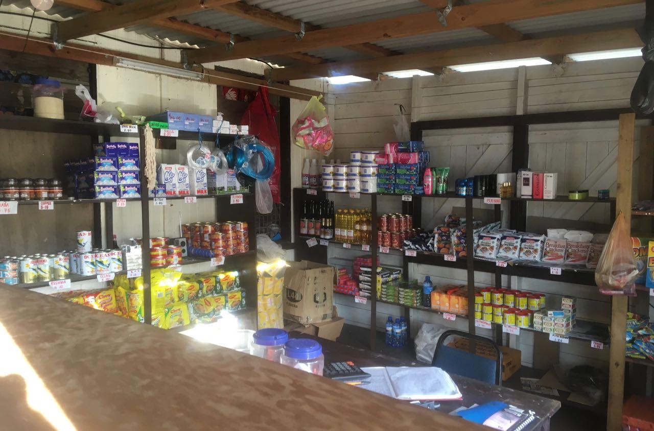 Übersichtliches aber gut sortiertes Angebot im Supermarkt in Lomaloma