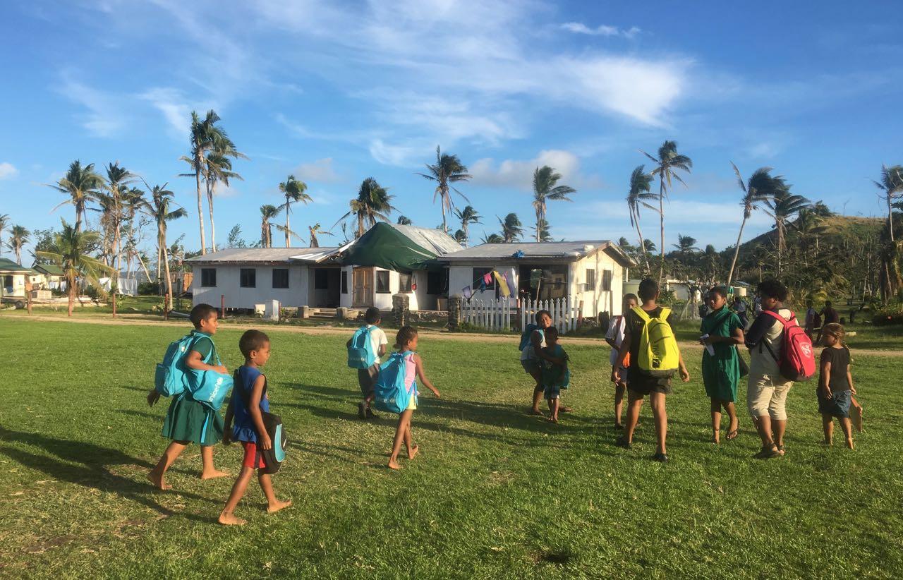 Kinder auf dem Weg nach Hause in Lomaloma