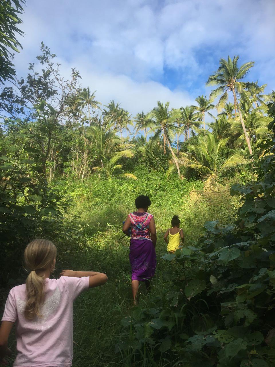 Vom Strand geht es über den Berg in das Dorf Komo in der Lau Gruppe Fiji