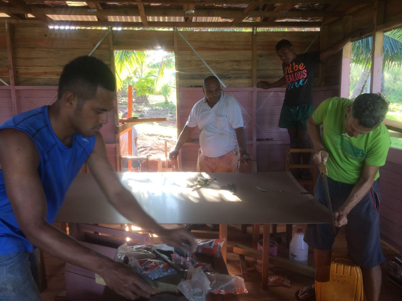 Der Skipper der hapa na sasa bei der Arbeit auf Komo