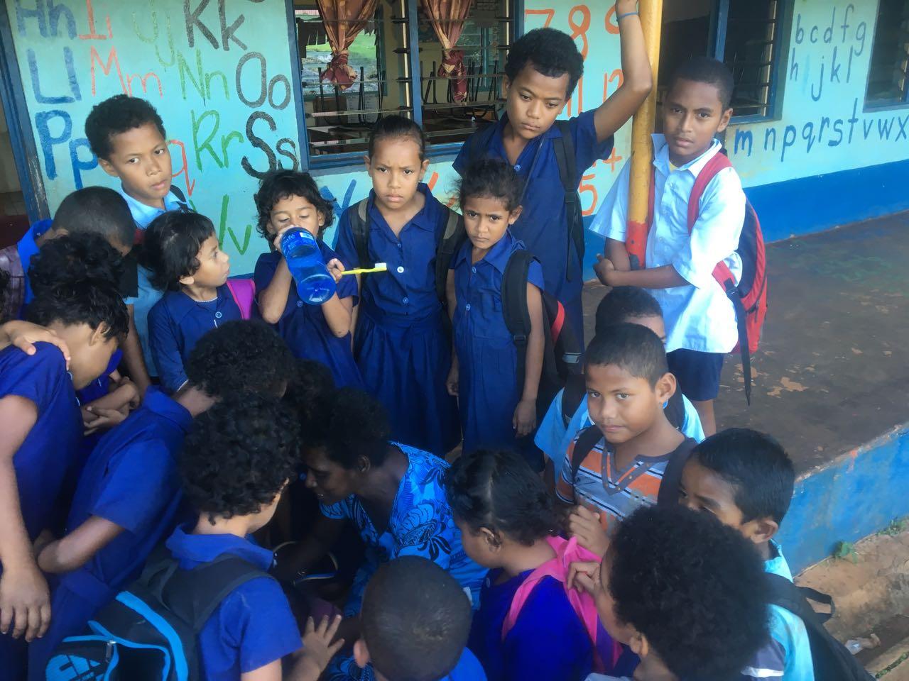 Die Schulkinder schauen gespannt, was wir nach Komo mitgebracht haben.