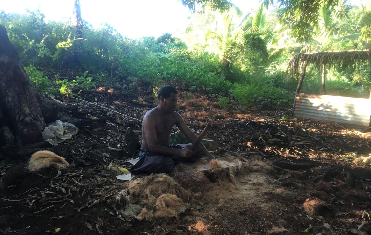 Zum Mahimahi machen gehört auch das Schlagen der Kokosfasern.
