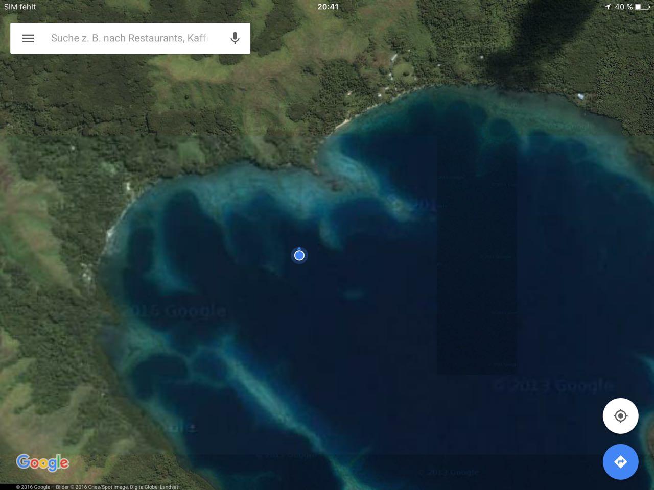 In Google Maps erkennt man gut das Riff zwischen den zwei möglichen Ankerplätzen.