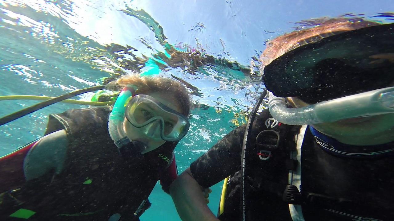 Louisa und Constantin am Rainbow Reef in Fiji