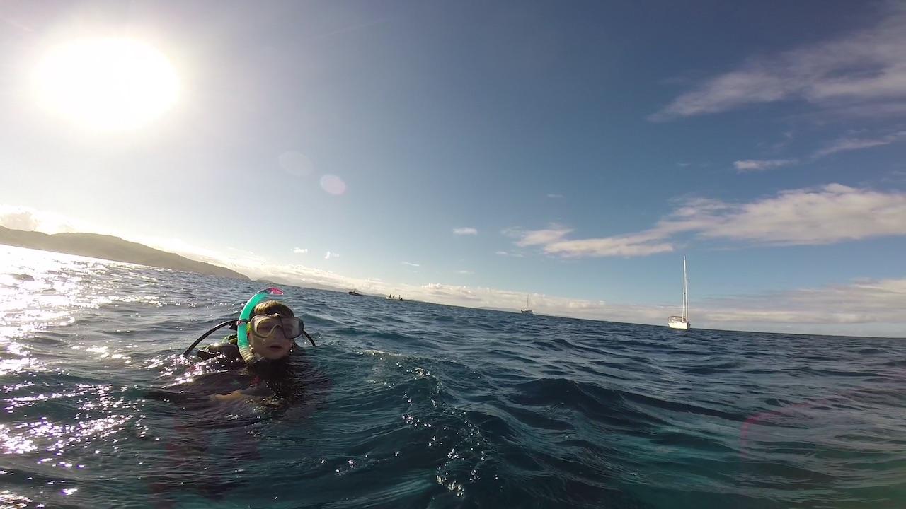 Louisa und im Hintergrund die hapa na sasa vor Anker hinter dem Riff