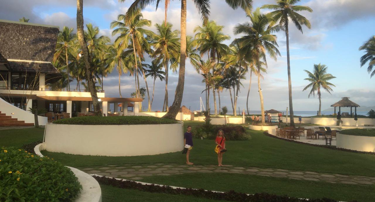 Die Kids geniessen das Pearl Resort in Fidschi