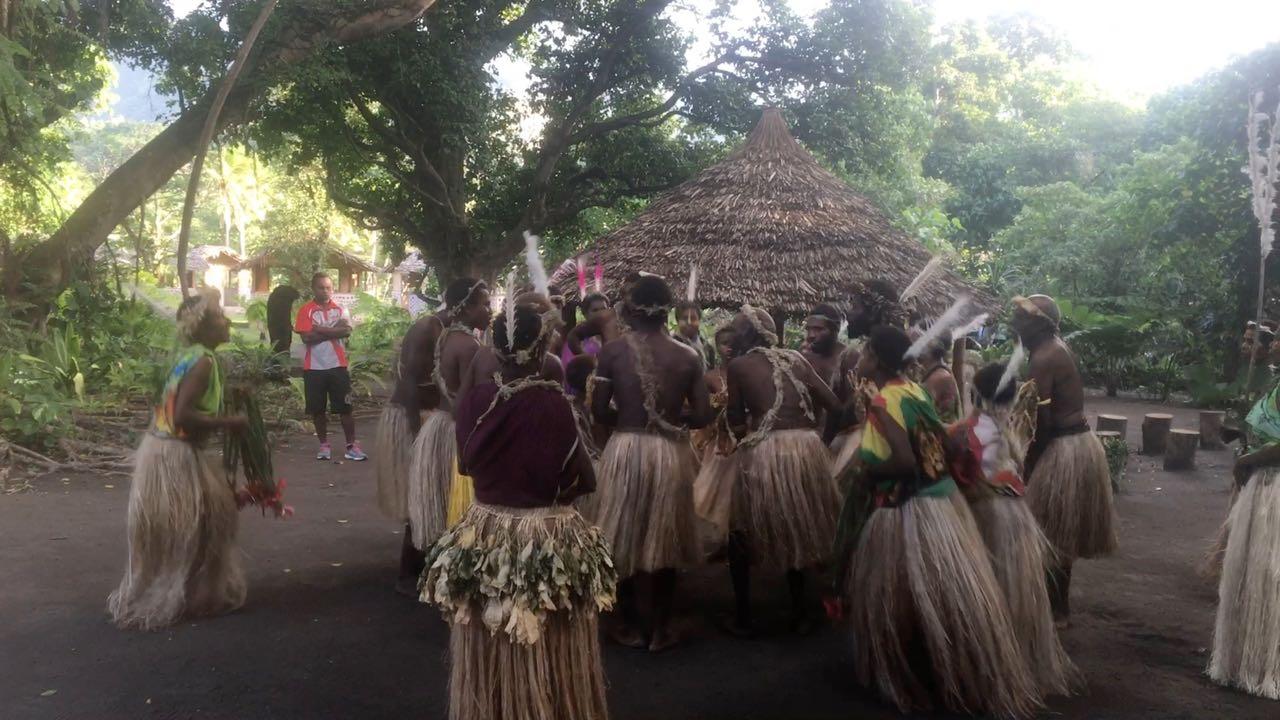 Ein kleiner traditioneller Tanz, bevor es auf den Mount Yasur geht.