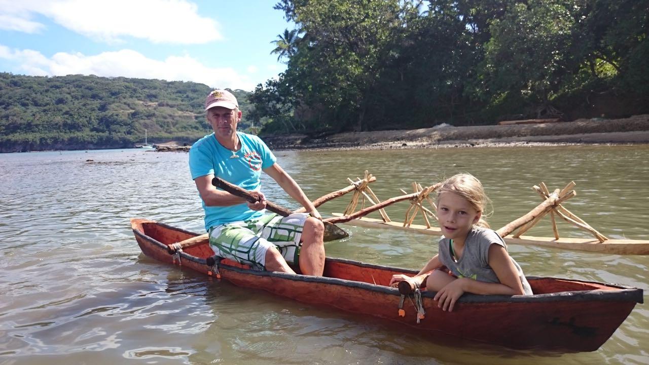 Paula lässt sich vom Skipper der hapa na sasa im Dugout chauffieren