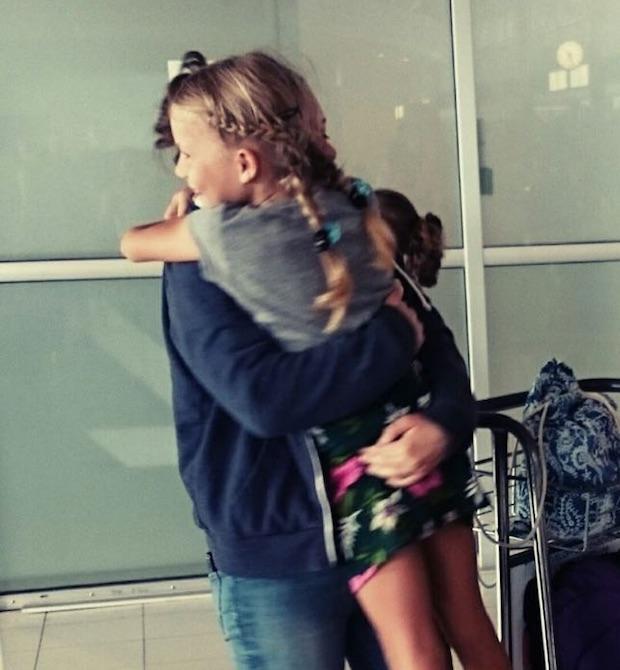 Franka und Paula drücken sich aufs Herzlichste am Flughafen von Noumea