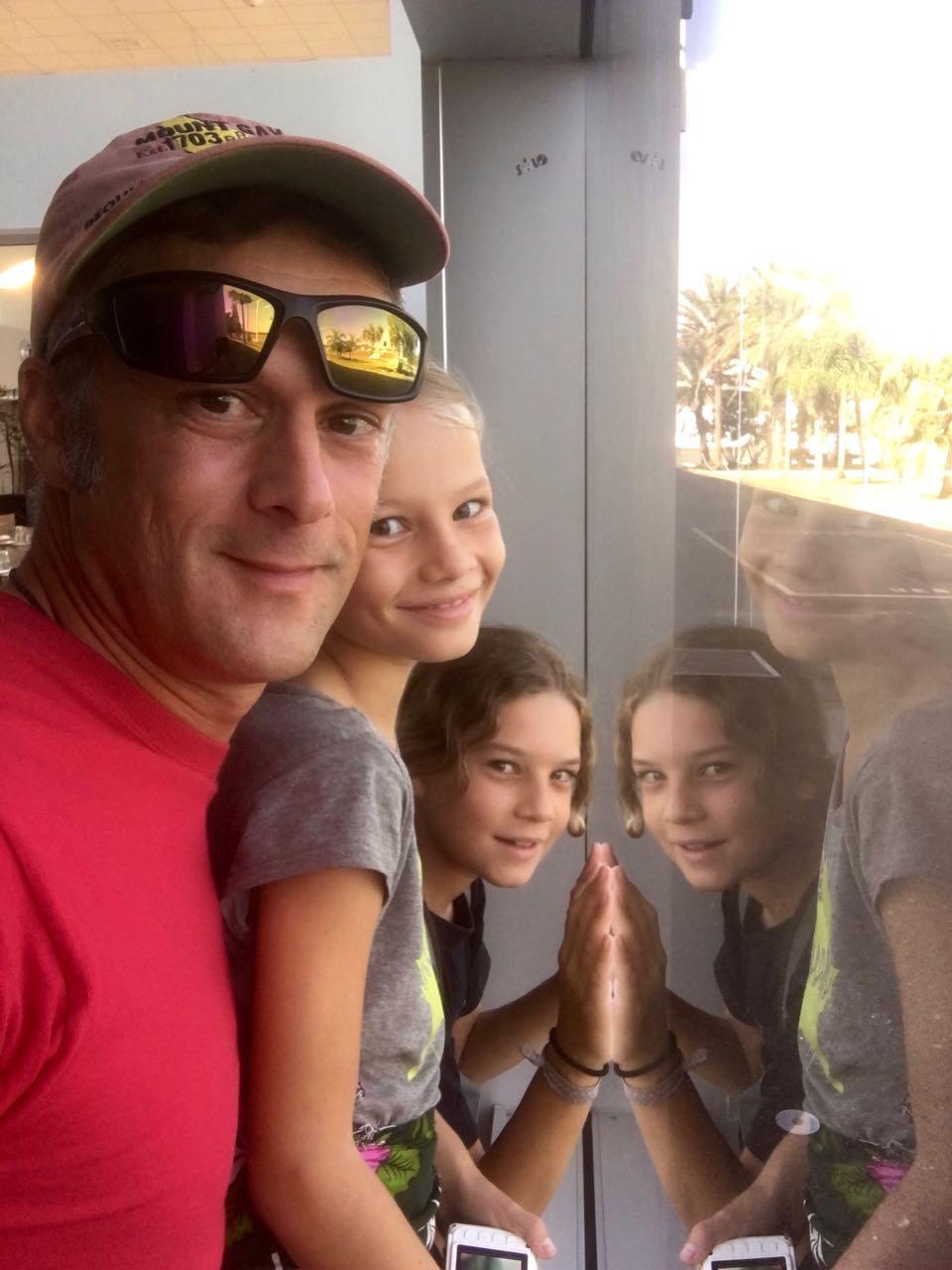 Die Kids und ich kleben förmlich an der Scheibe am Flughafen von Noumea