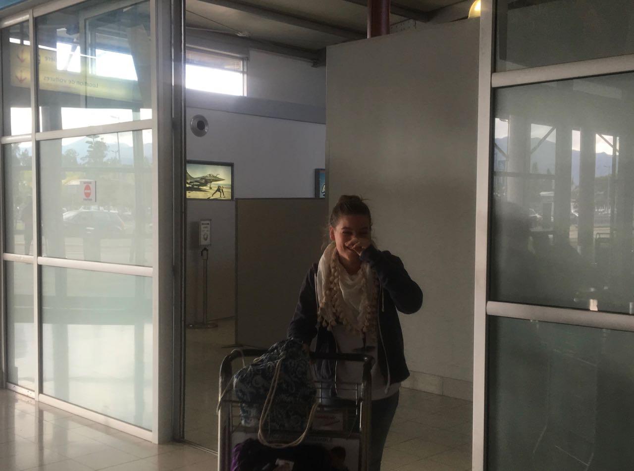 Franka am Flughafen in Noumea, die Crew der hapa na sasa ist wieder vollständig