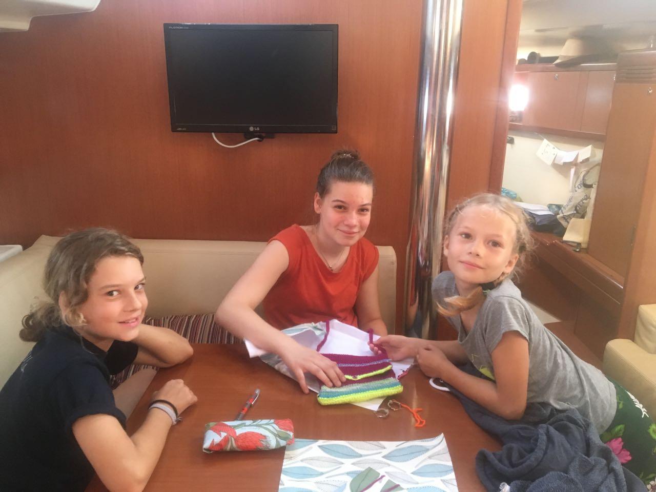 Franka, Louisa und Paula beim Auspacken der Geschenke