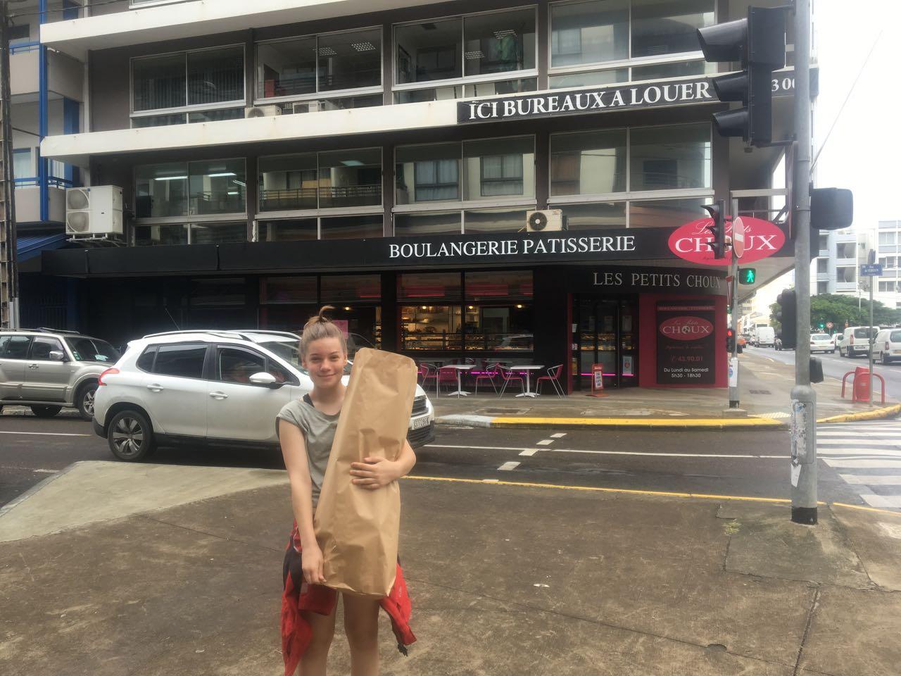 Franka mit einem Sack voller Baguettes für die Überfahrt nach Vanuatu