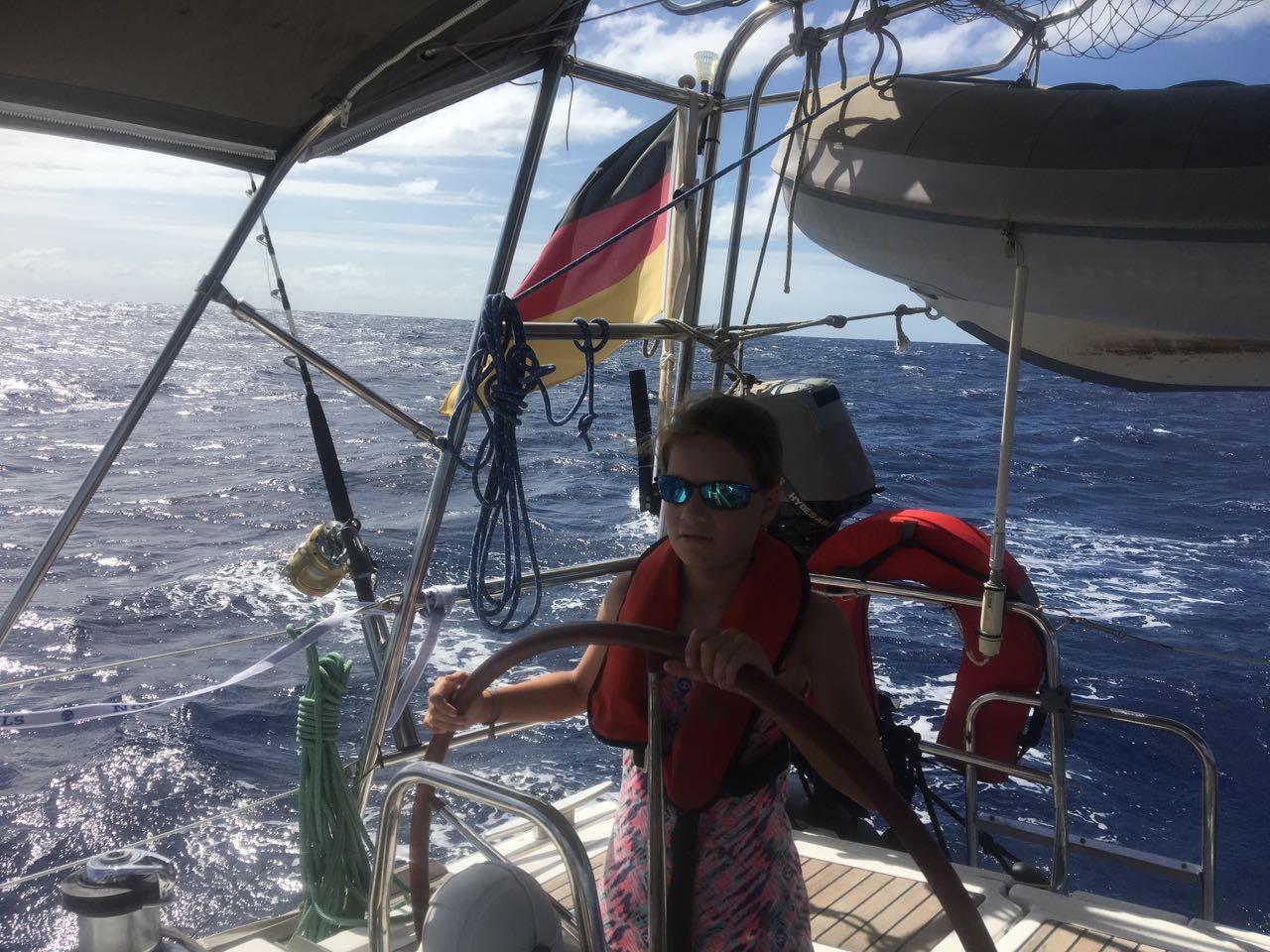 Louisa am Steuer der hapa na sasa bei der Einfahrt in die Port Resolution Bay