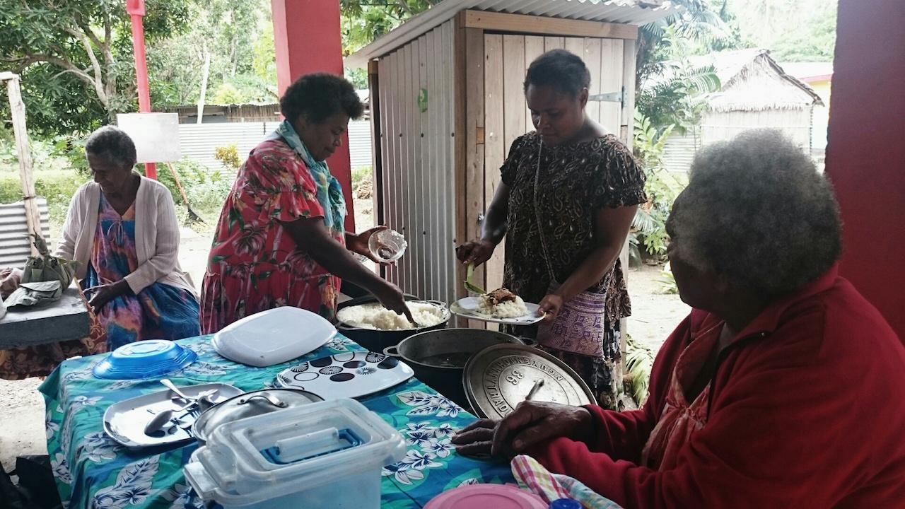 Die Frauen auf Epi bei der Vorbereitung eines Charity Lunchs
