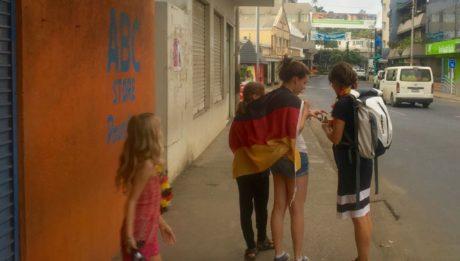 Entäuschte deutsche Fans nach dem EM Spiel der Detuschen in Port Vila Vanuatu