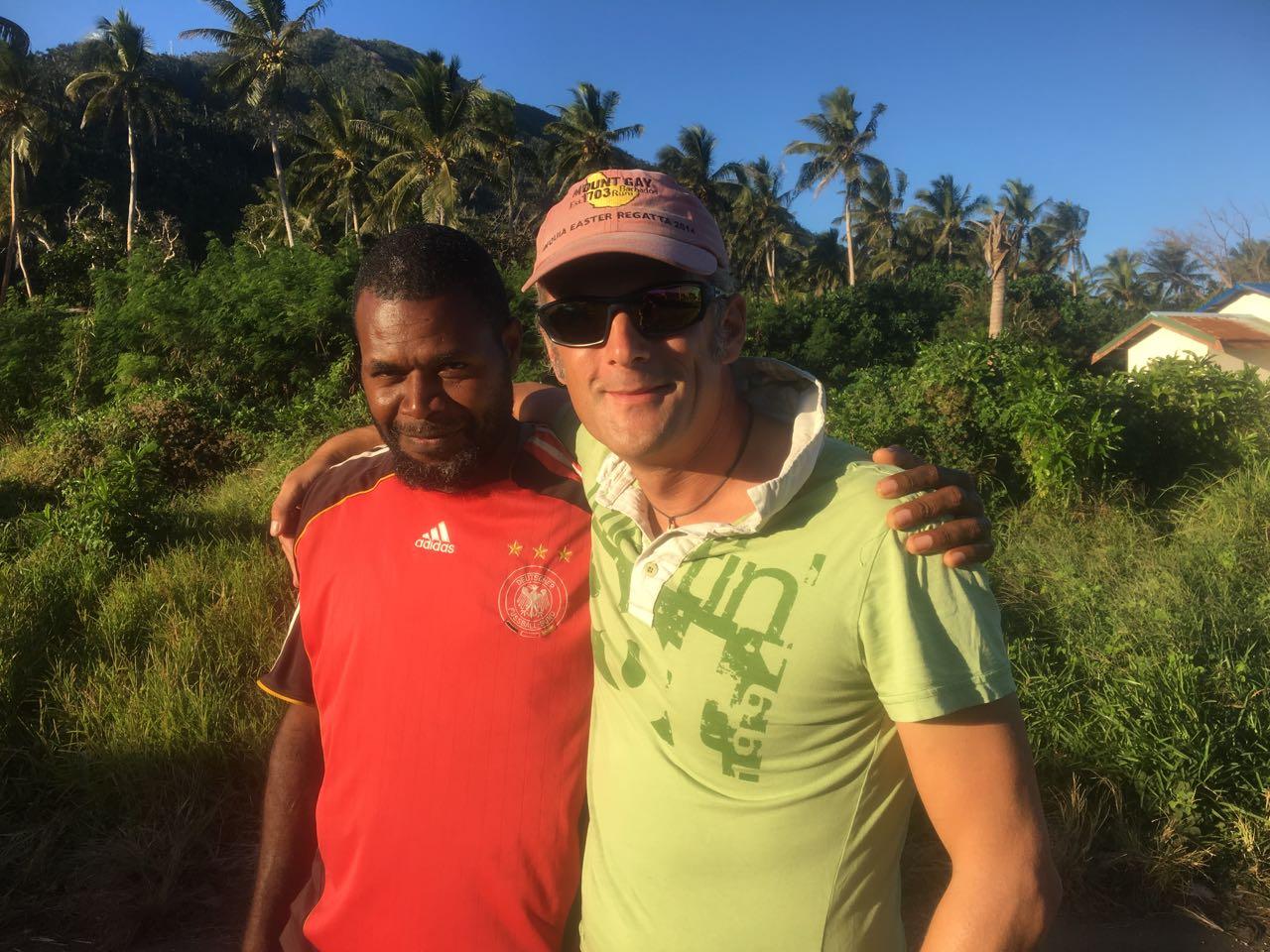 Kevin zeigt uns seine Insel Emae und führt uns zum Chief