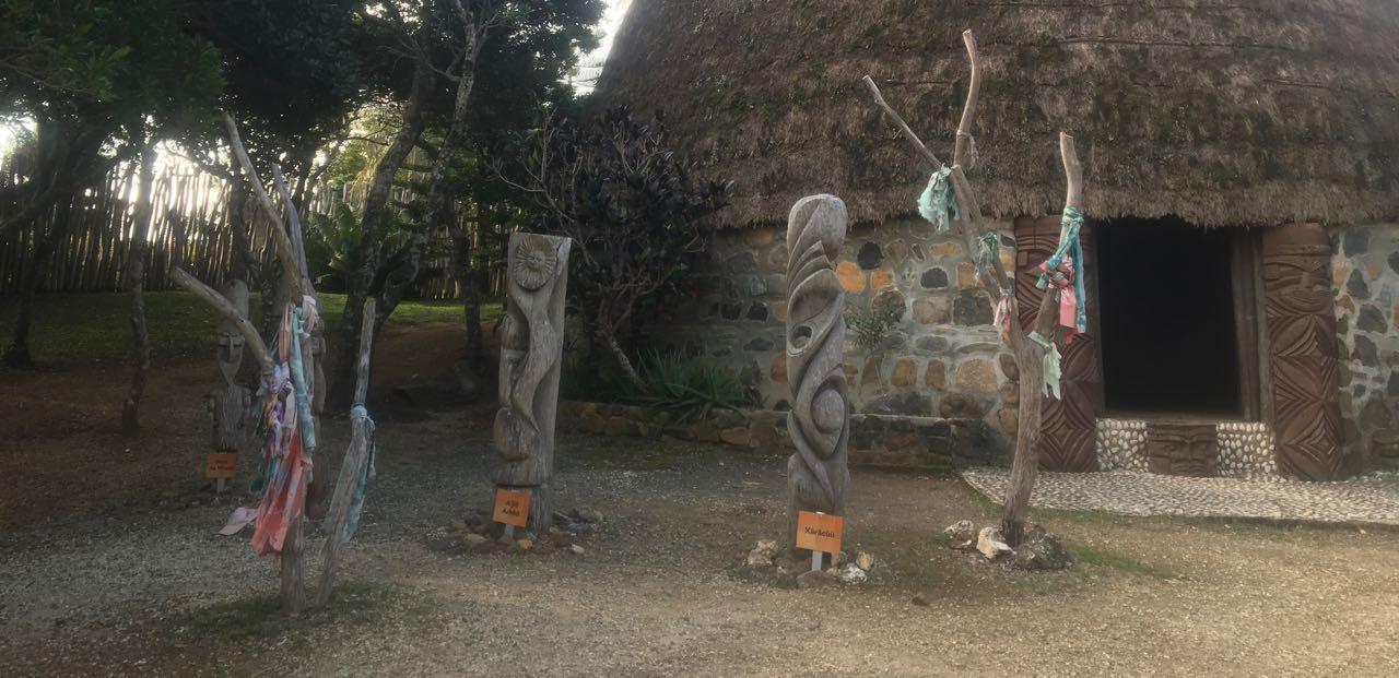 Artefakte vor einer Kanak Hütte in Noumea