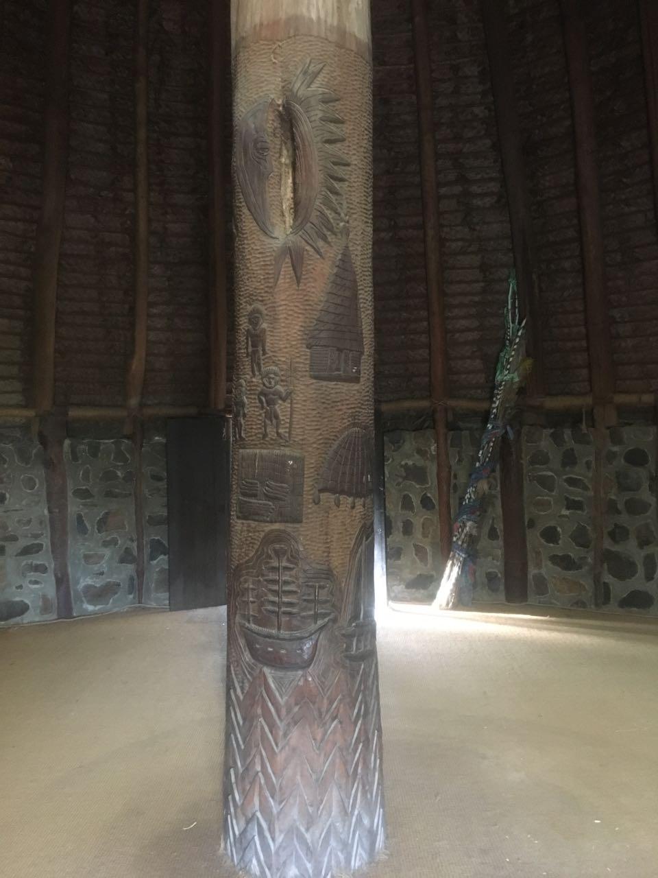 Der tragende Mittelpfosten einer Kanak Hütte in Noumea Neukaledonien