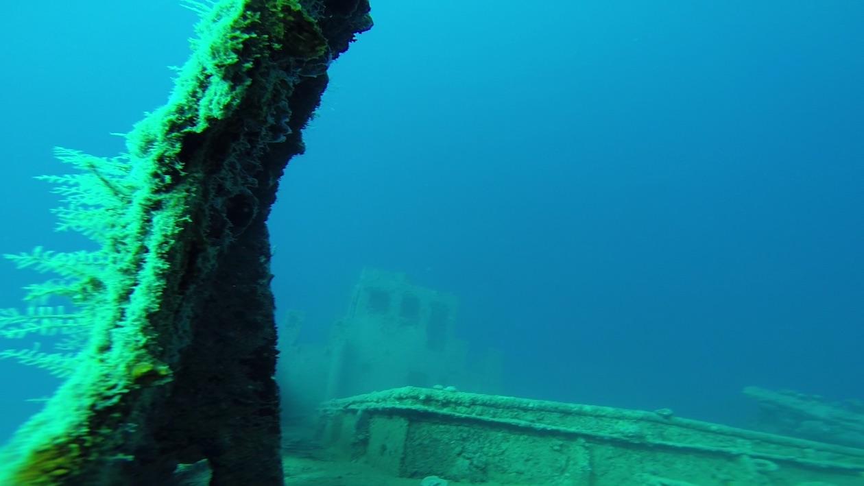 Im Hintergrund zu erkennen, die Brücke eines Fischtrawlers