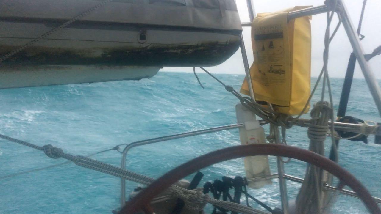 Wir flügen mit unserer hapa na sasa durch diese fantastische grüne See innerhalb des Great Barrier Reefs