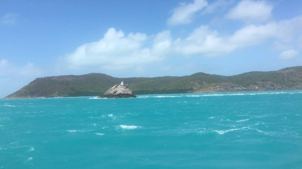 Hammond Rock in der Torres Strait, wie ein Fels in der Brandung oder vielmehr der Gezeitenströmung.