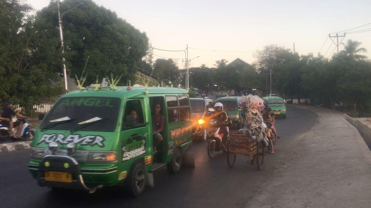 Mitten im Verkehr sehen wir in Kupang diesen Spielzeugverkäufer