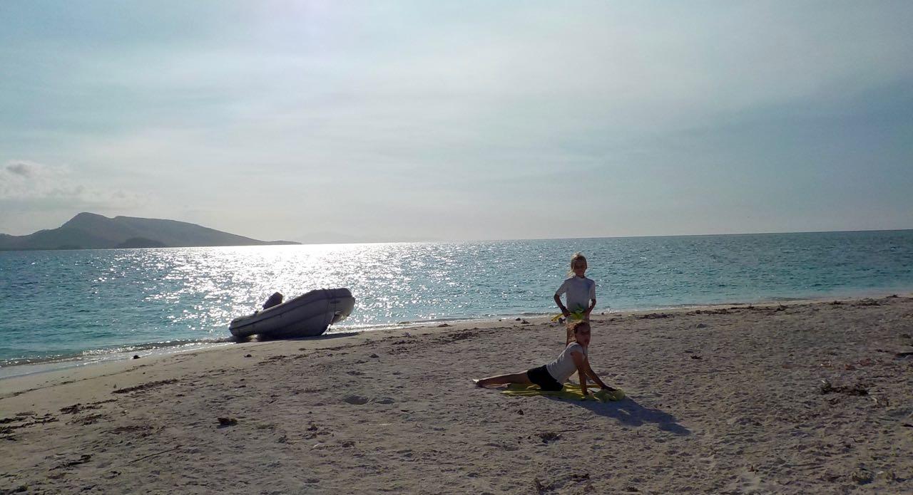 Wir landen mit unserem dinghy an diesem Strand nördlich von Flores in Indonesien