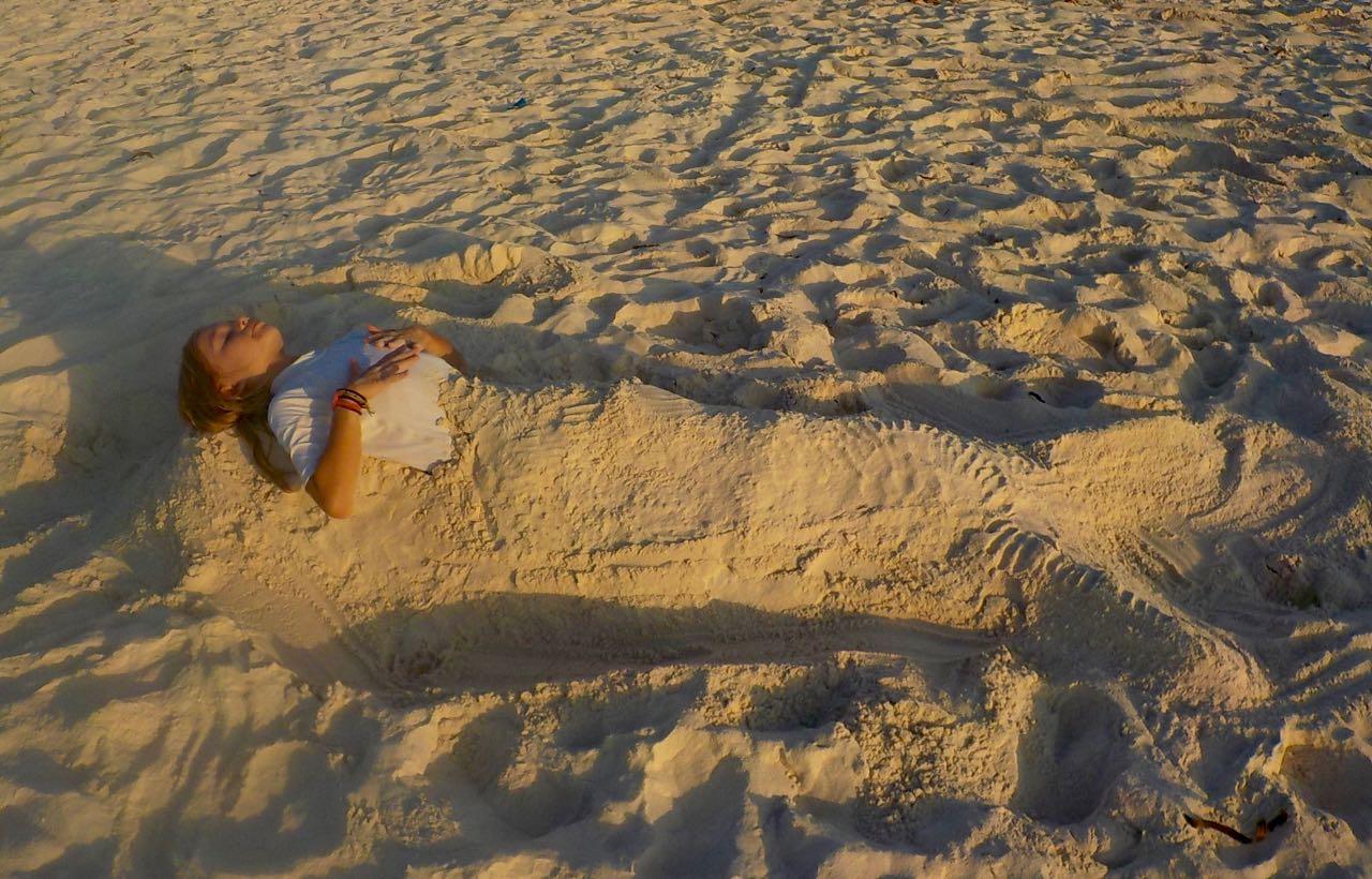 Es braucht nicht lange, bis die Kinder bis zum hals im Sand stecken