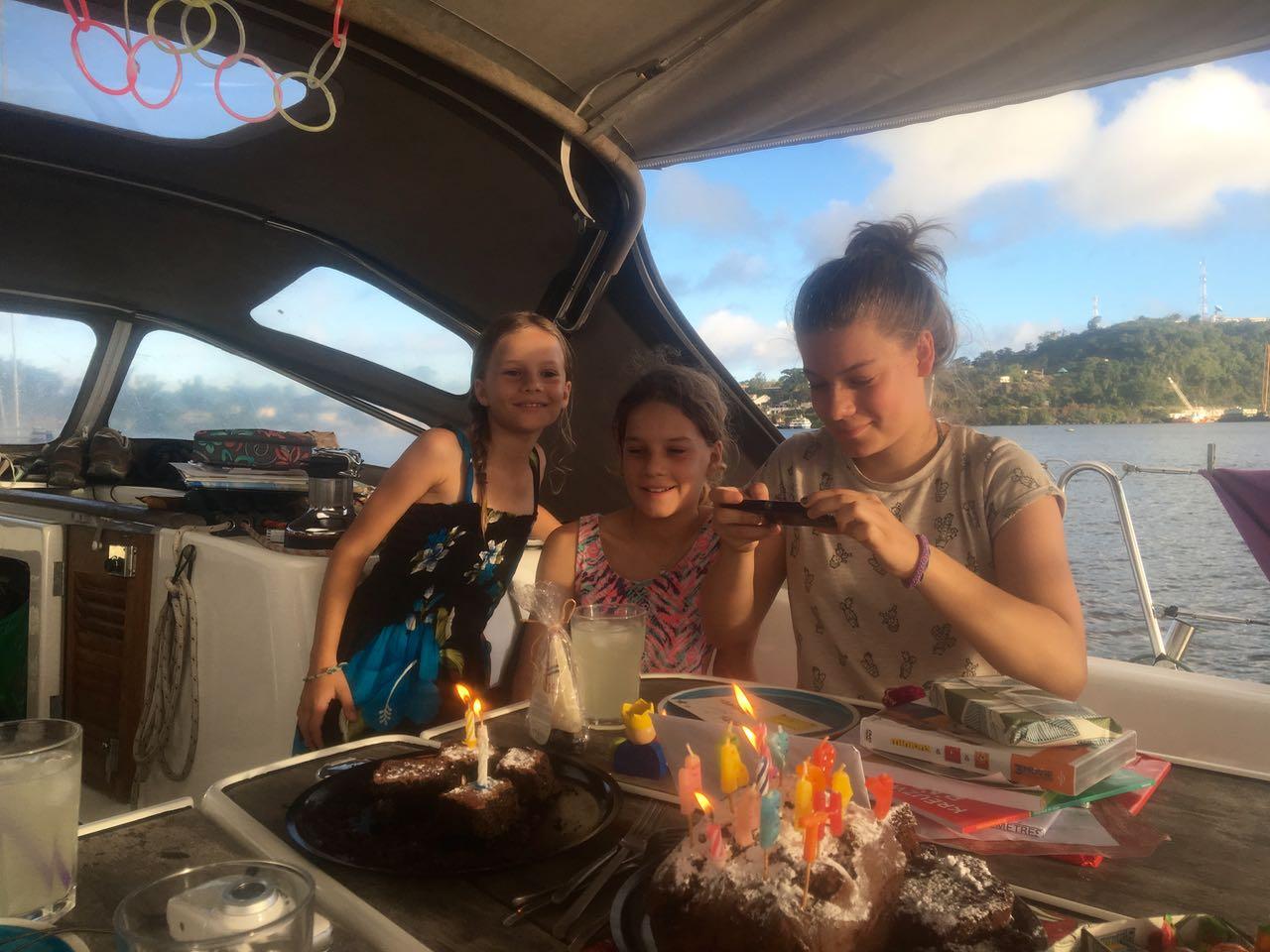 Die Mädels beim Begutachten der Geschenke mit den Schwestern