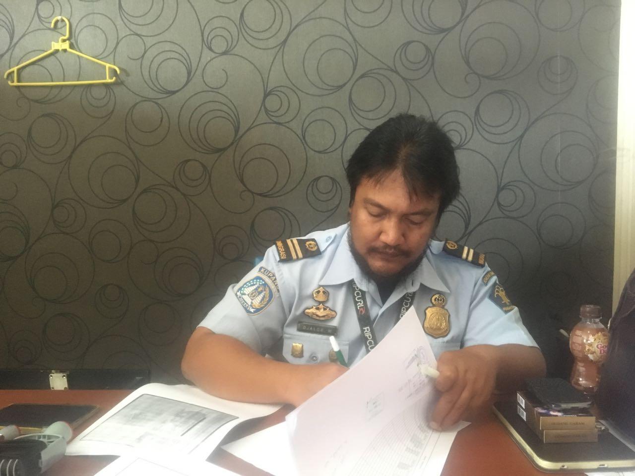 Der Immigration Officer in Kupang bei der Arbeit an unseren Dokumenten