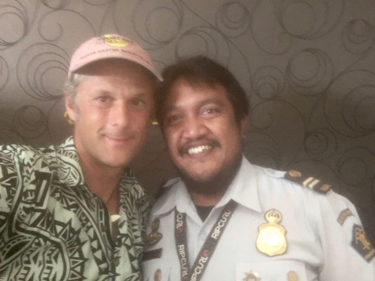 Selfie mit dem Immigration Officer beim Einklarieren in Kupang