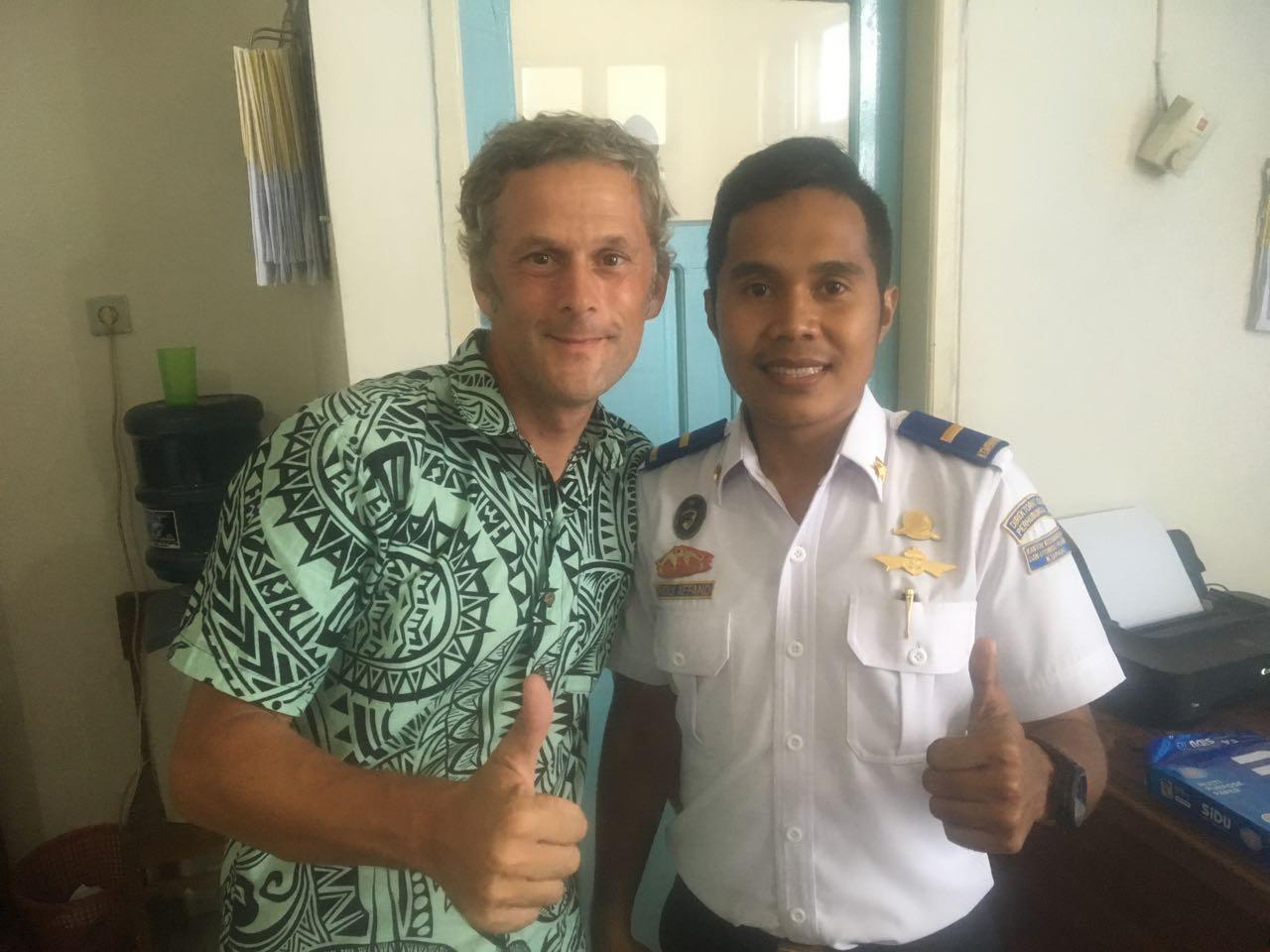 Dieser Officer beim Harbourmaster in Kupang beeindruckt mich mit seinem strahlend weissen Hemd
