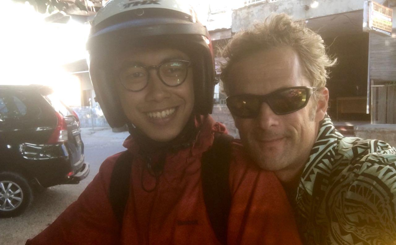 Der Skipper der hapa na sasa sound and safe nach einer rasenden Mopedfahrt