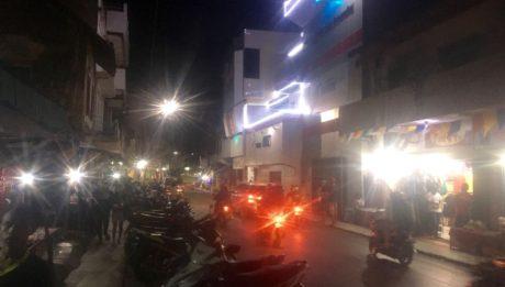 Der laut hupende Verkehr rollt noch bis tief in die Nacht