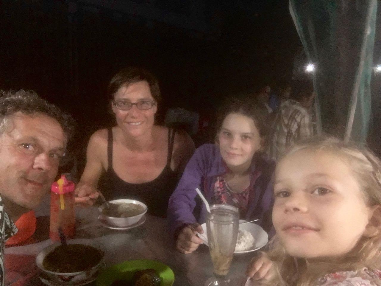 Die Crew der hapa na sasa beim lecker Abendessen