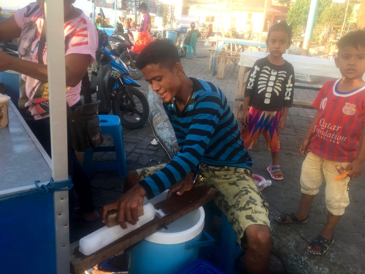 Dieser Smoothieverkäufer raspelt sein Eis für den Abend