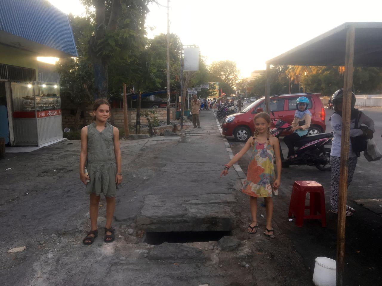 Löcher in den Fusswegen sind in Kupang an der Tagesordnung