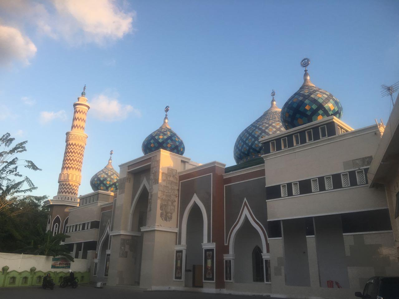 In Kupang kommen wir an aufwendig gestalteten Moscheen vorbei