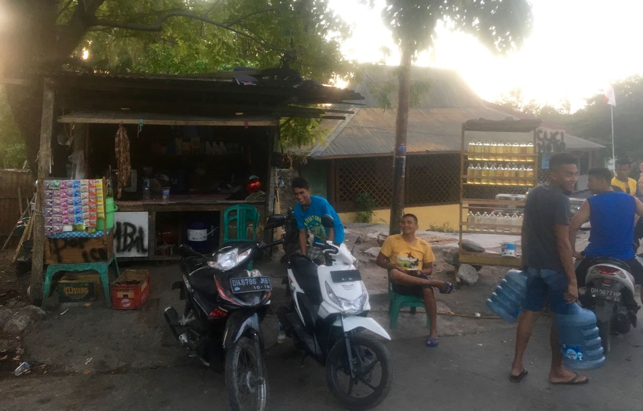 Ein häufiges Bild, eine Rollerwerkstadt mit angeschlossener Tankstelle in Kupang Indonesien