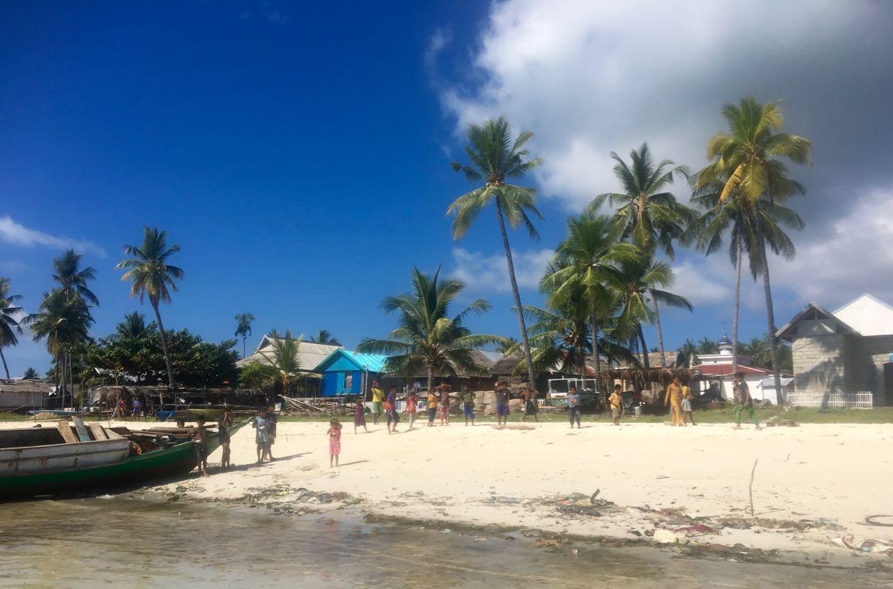 Die ersten Kinder laufen bereits am Strand von Karompa Lompo zusammen, bevor wir überhaupt angelandet sind.