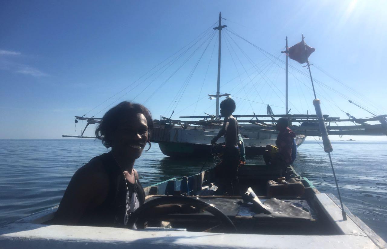 Saori fährt uns in seinem Boot zu unserem Dinghy