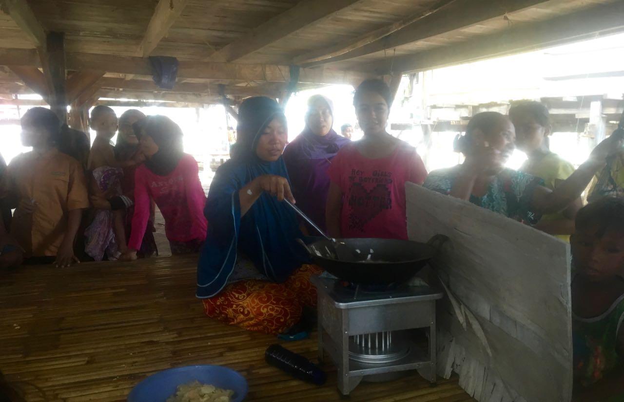 Diese Frau macht für ein ein paar lecker Yam Chips
