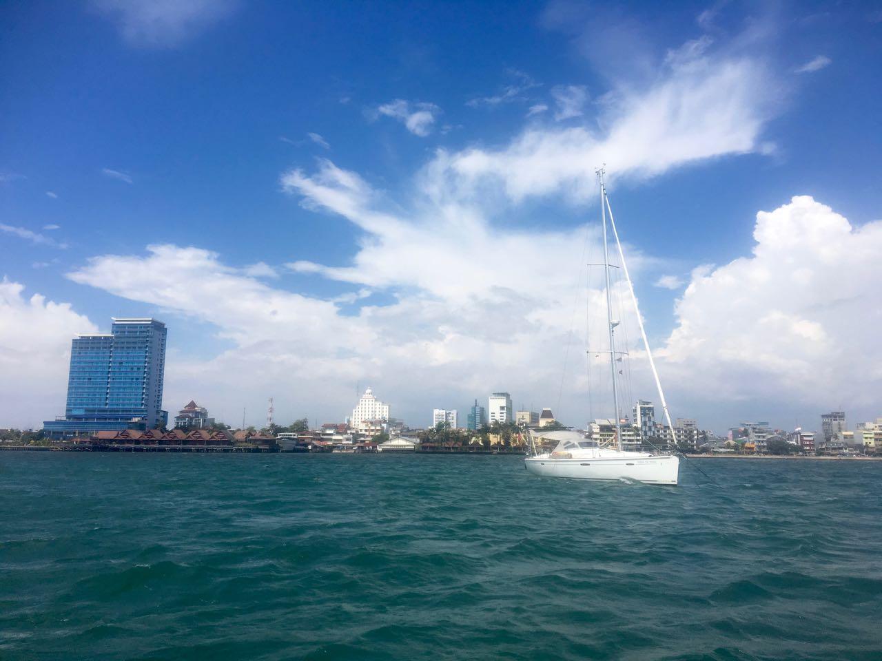 Unsere hapa na sasa liegt vor Anker vor Makassar in Indonesien