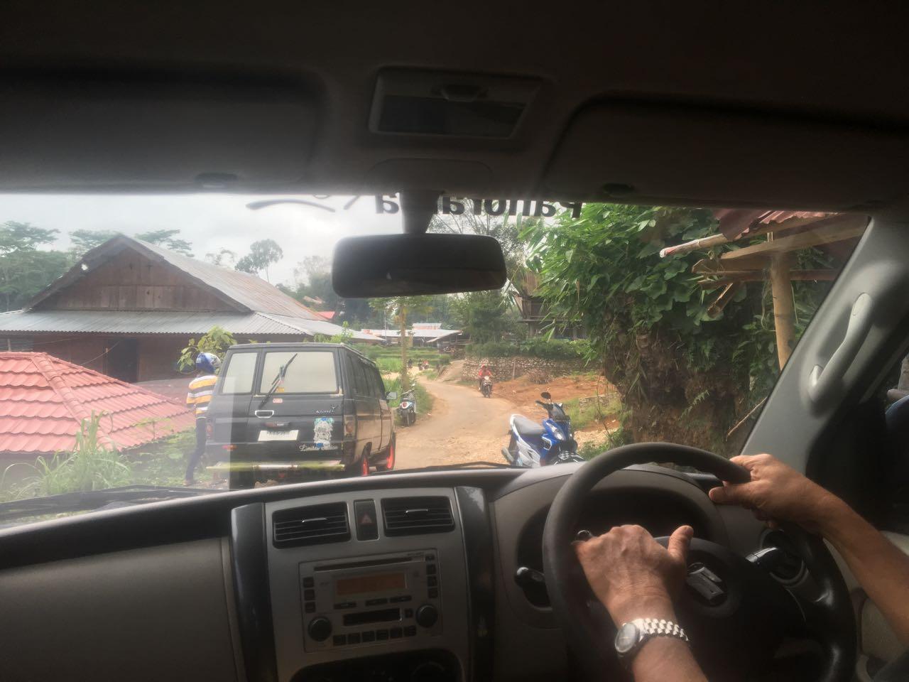 Klassische Handhaltung beim Autofahren in Indonesien