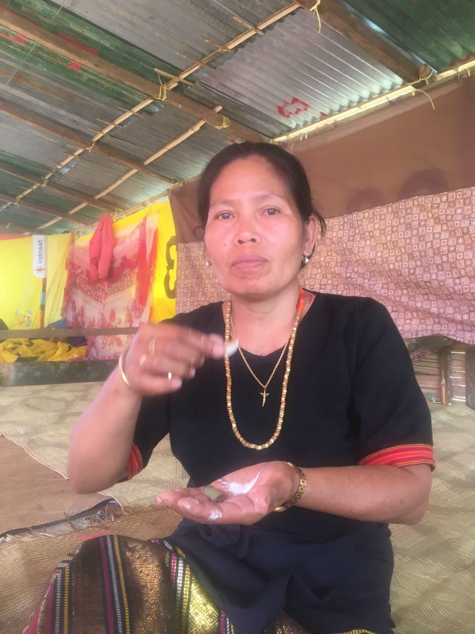 Diese Frau bietet uns Beetle Nuts in Tana Toraja an