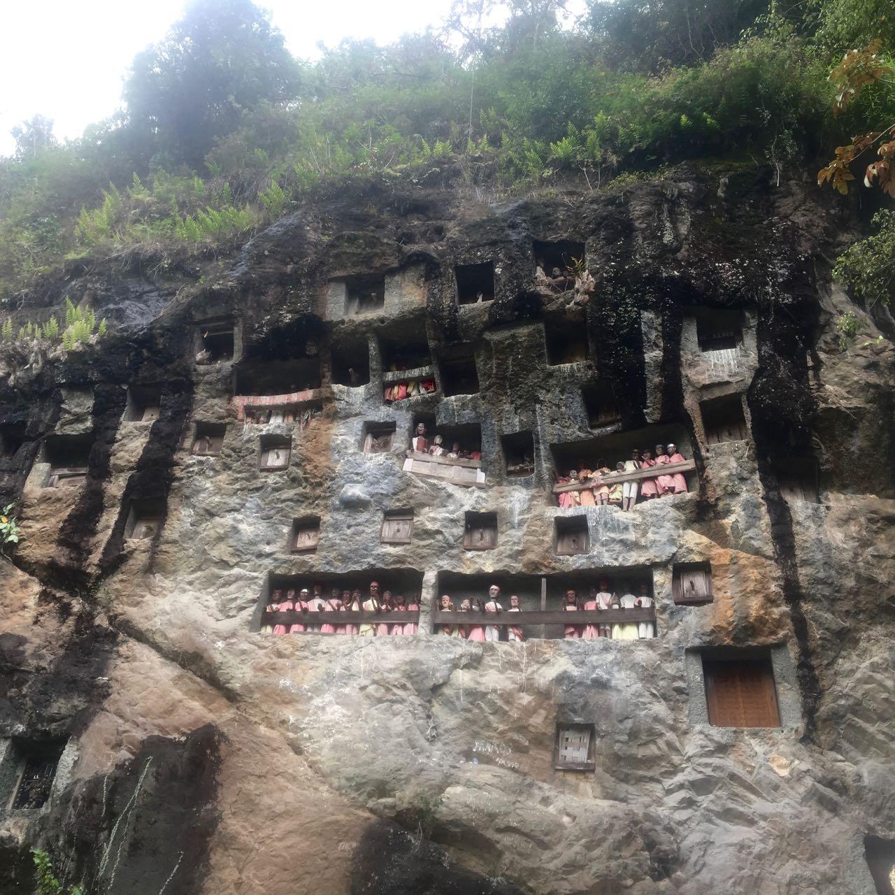 In Tana Toraja werden die Grabkammern auch oft in den Fels geschlagen