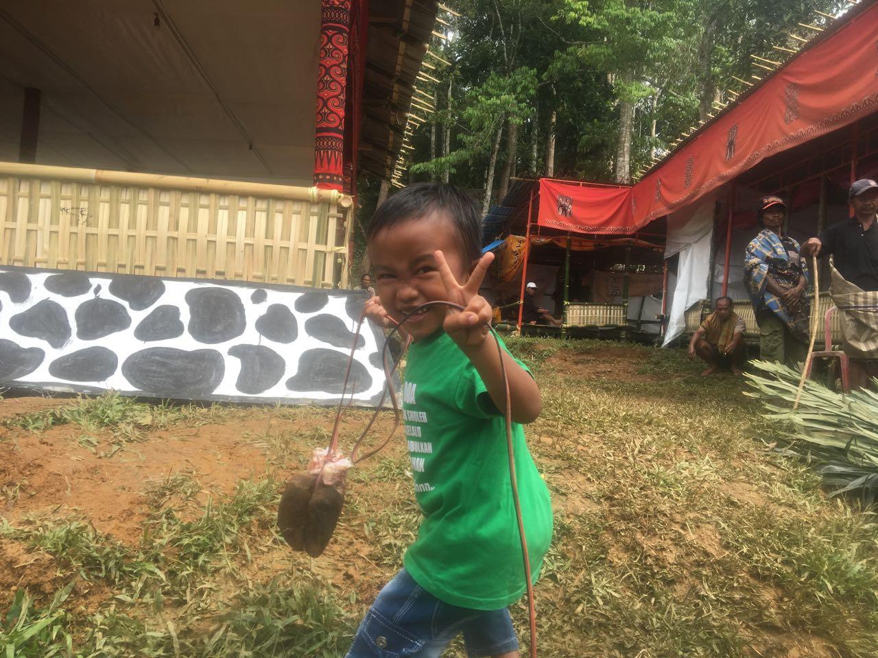 Dieser Junge freut sich über den Büffelfuss