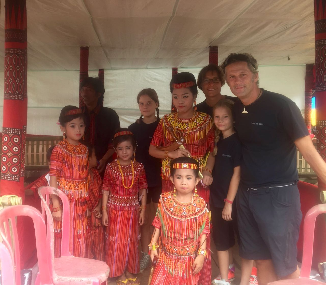 Diese Kinder empfangen die Gäste der Zeremonie